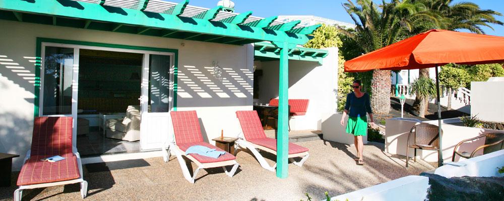 Direkt vor den Ferienhäusern: Ab auf die Sonnenliege