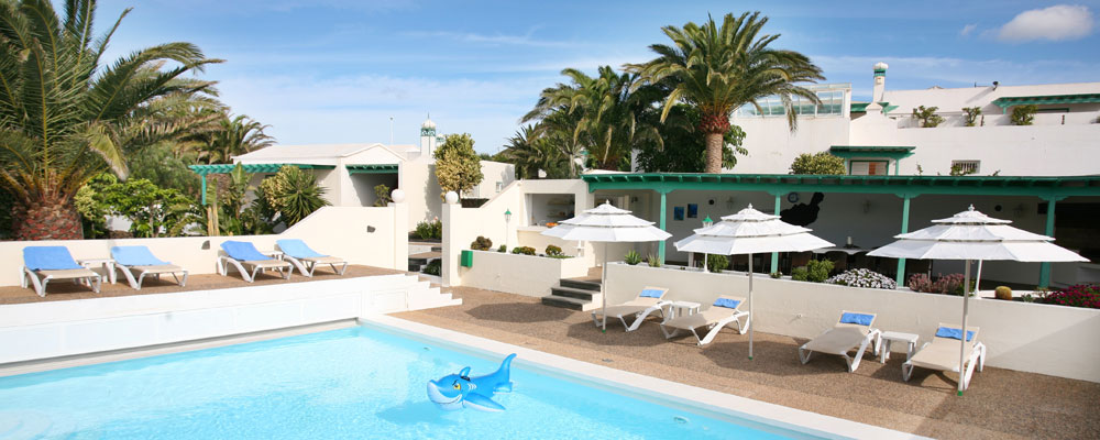 Ferienahus mit Pool, Sonnenliegen und Grillbereich